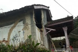 Warga Sukabumi terluka tertimpa puing rumah akibat gempa