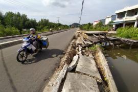 Trotoar Jalan Batu Daya 1 Sukadana ambruk