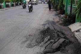 Warga protes dump truck tonase tinggi rusak jalan di Kota Surabaya