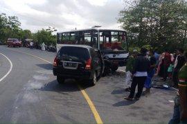 Tiga luka akibat tabrakan bus dan minibus di Pegunungan Seulawah
