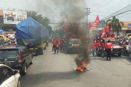 Buruh tolak omnibus law blokade Jalan Gedangan Sidoarjo, Jatim