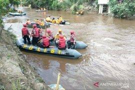 Polisi bawa 20 preman untuk bersihkan sungai