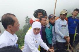 Gubernur Khofifah pantau padat karya dana desa di lereng Gunung Lawu
