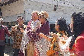 """Raja dan Ratu Belanda mendapat hadiah """"Ulos Pinunsaan""""  di  Toba"""