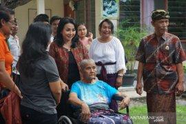 K3S Denpasar bantu kursi roda kepada lansia/disabilitas