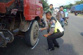 Motor oleng dan terjatuh, pengendara tewas tertabrak truk