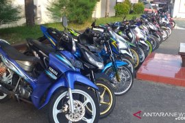 Aksi balapan liar malam hari di Ambon masih marak