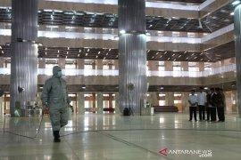 Masjid Istiqlal dibersihkan cegah COVID-19