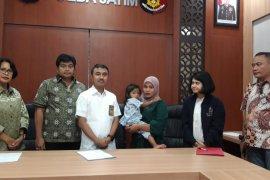 Polisi serahkan anak yang diduga diculik TKI ke ibu kandungnya