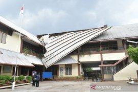 Atap SMP Suster Pontianak rusak akibat diterjang angin kencang