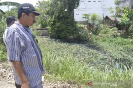 Diduga tercemar limbah industri, air sungai di Lhokseumawe menghitam
