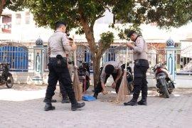 Tangkal corona, polisi Aceh Utara bersih-bersih di masjid dan terminal