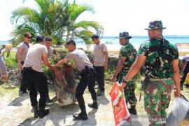 TNI-Polri di Saumlaki bersihkan sejumlah rumah ibadah cegah corona