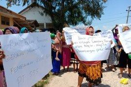 Ibu-ibu, warga kampung nelayan Lampung Timur desak bebaskan nelayan yang ditangkap, dan tutup tambang pasir laut. Page 1 Small
