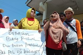Ibu-ibu warga kampung nelayan Lampung Timur desak bebaskan nelayan yang ditangkap Page 2 Small