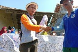 Ibu-ibu, warga kampung nelayan Lampung Timur desak bebaskan nelayan yang ditangkap Page 4 Small