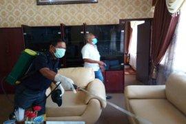 Ruang kerja Sekda Langkat disemprot disinfektan