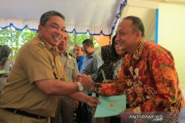 Wali Kota serahkan sertifikat PTSL dua kelurahan