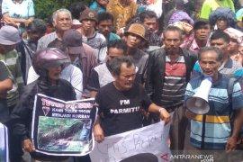 Aksi demo desak penutupan SOL hingga angkot terbakar di Tarutung