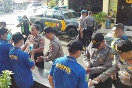 Polres Cirebon Kota periksa suhu tubuh pengunjung dan anggota cegah COVID-19