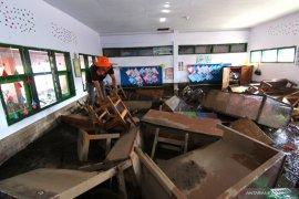 Sekolah rusak diterjang banjir bandang