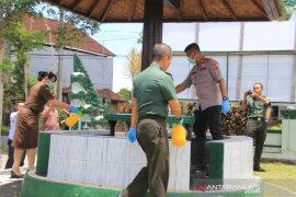 Polres Bangli semprot disinfektan sejumlah kantor pelayanan