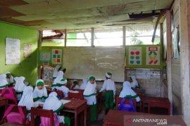 Ruang kelas sekolah swasta di HST  lapuk dan membahayakan siswa