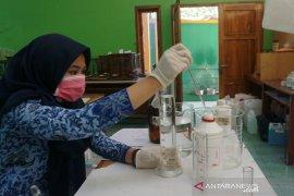 """SMKN 1 Garut produksi """"hand sanitizer"""" sendiri untuk cegah wabah corona"""