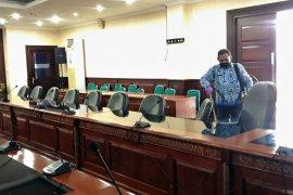 Staf Seksi P2PM Dinkes semprot disinfektan di kantor Gubernur Maluku