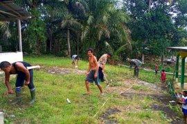 Warga dan Prajurit TNI gotong royong bersih lingkungan di Sekura