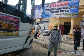 Tim corona Sampang semprotkan disinfektan ke bus pariwisata