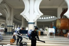 Ratusan personel dikerahkan saat penyemprotan disinfektan di Kota Surabaya