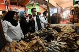 Gubernur Jabar tinjau harga kebutuhan pokok di Pasar Sederhana Bandung
