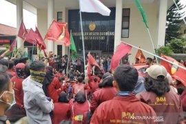 Mahasiswa IMM demo PN Bandung minta batalkan eksekusi lahan panti sosial