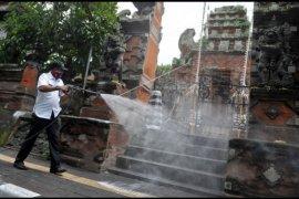 Penyemprotan jalan protokol Denpasar