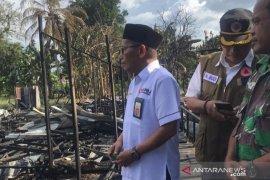Tujuh rumah dan satu jembatan terbakar, Sekda HST langsung serahkan bantuan