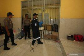 Penyemprotan disinfektan di Polrestabes Surabaya