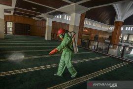 Penyemprotan disinfektan di masjid Agung Tasikmalaya