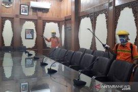Kantor Wali Kota Jambi disterilkan dengan semprotkan disinfektan