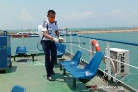 Cegah COVID-19, ASDP semprot cairan disinfektan kapal penyeberangan