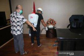 Penyemprotan cairan disinfektan di Stadion Madya Sempaja Samarinda
