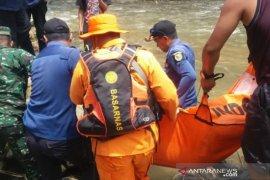 Pria diduga PMKS tewas gantung diri di sungai