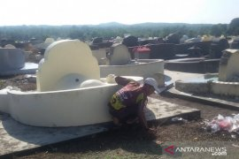 Sambut Cheng Beng, warga keturunan Tionghoa di Belitung bersihkan makam