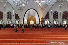 Masjid Raya Sumbar tetap shalat Jumat seperti biasa tanpa ada 'social distancing'