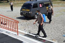 Polri dan TNI di Nagan Raya semprotkan desinfektan di masjid cegah corona