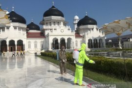 Jelang shalat Jumat, Masjid Raya Baiturrahman disemprot desinfektan