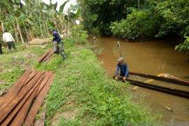 """Personel TMMD terpaksa """"nyemplung"""" ke sungai melansir material"""