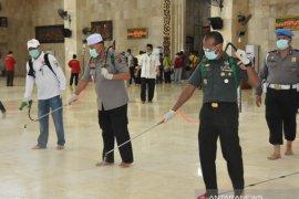 Gubernur ikut semprotkan disinfektan di masjid terbesar di Kalsel