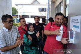 """Bagi-bagi """"hand sanitizer"""" dilakukan Kader PDIP Garut cegah corona"""