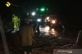 Longsor di Lewo akibatkan kemacetan panjang  di Jalan Raya Bandung-Garut